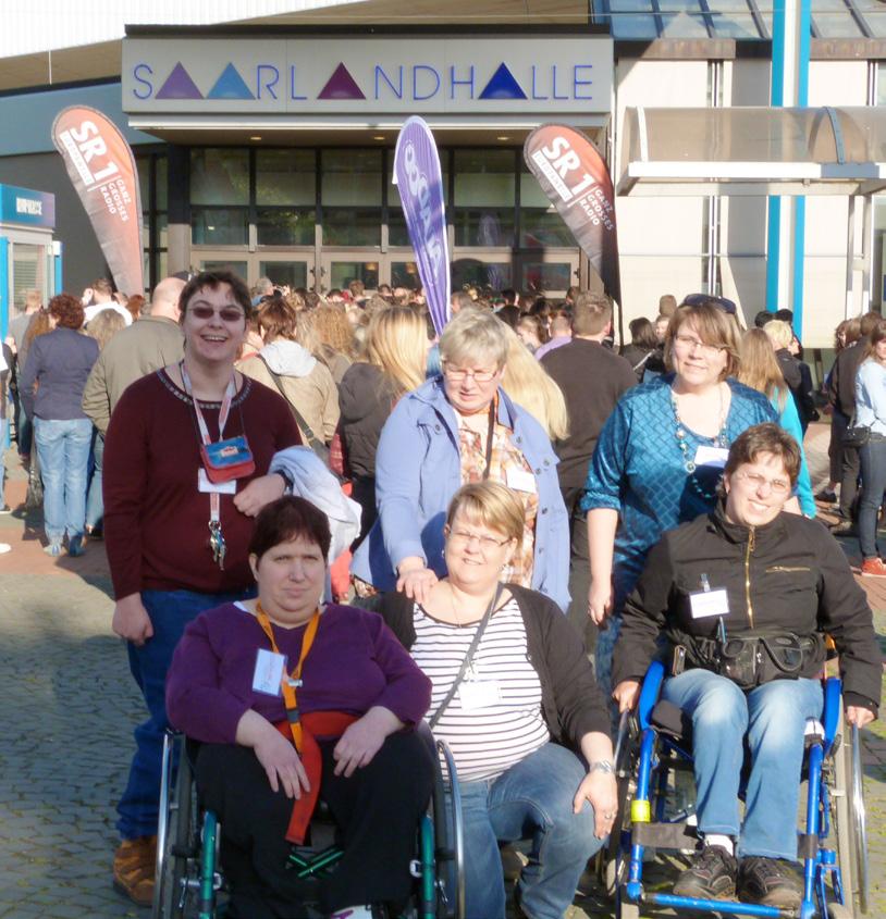 Gruppenfoto vor Saarlandhalle