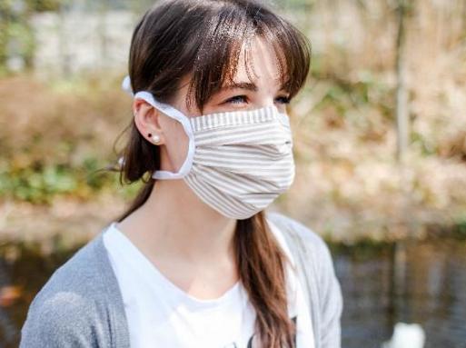 Person mit Mund- Nasenmaske